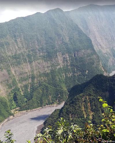 Paroi de la rive droite de la vallée des Remparts, ile de La Réunion, montrant qu'un volcan bouclier résulte d'un empilement de coulées de lave
