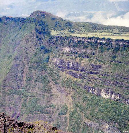"""Zoom sur la """"faille bordière"""" de la caldeira C1, ile de La Réunion"""