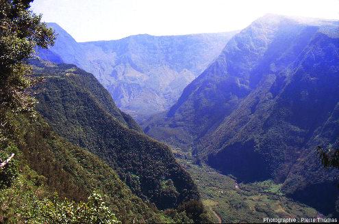 Vue sur l'amont de la vallée de la rivière Langevin, ile de la Réunion, photographié depuis Grand-Coude