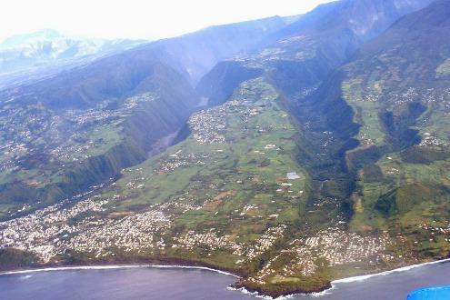 Vue aérienne sur les vallées de la rivière Langevin (à droite) et de la rivière des Remparts (à gauche) arrivant à la côte, ile de La Réunion