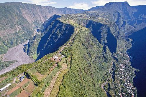 Vue aérienne sur les vallées de la rivière Langevin (à droite) et de la rivière des Remparts (à gauche), ile de La Réunion
