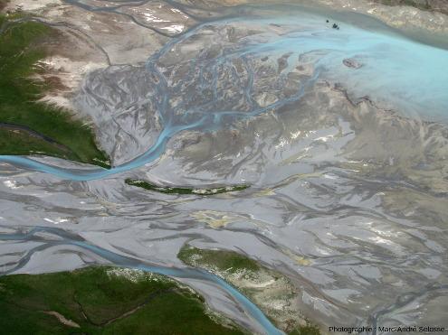L'un des bras de la Godley River arrivant, en formant des deltas aux chenaux anastomosés, à l'extrémité Nord du lac Tekapo, Alpes du Sud, Nouvelle-Zélande
