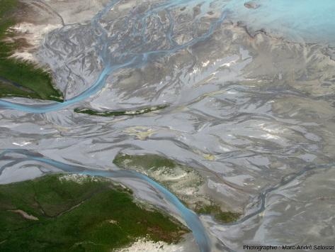 L'un des bras de la Godley River arrivant, en formant des deltas aux chenaux anastomosés, à l'extrémité Nord du lac Tekapo