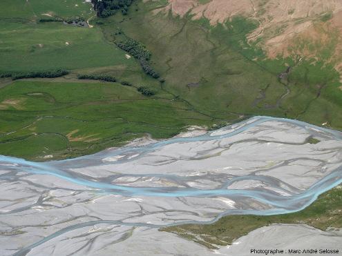 En remontant la Godley River et ses chenaux en tresses, Alpes du Sud, Nouvelle-Zélande