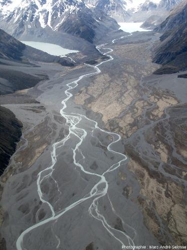 L'amont de la Godley River, alimentée par deux lacs de glaciers aux moraines, frontales et latérales, bien visibles, Alpes du Sud, Nouvelle-Zélande