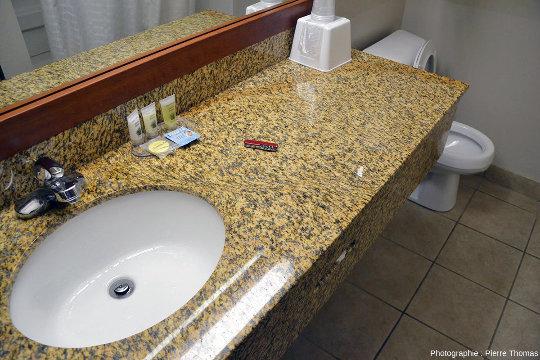 Mini-zone de cisaillement (shear zone en anglais) visible sur une dalle de granite poli installée dans la salle de bain d'un hôtel de Custer, Dakota du Sud (États-Unis d'Amérique)