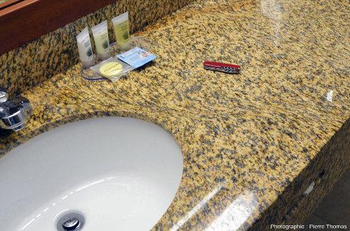 Dalle de granite, poli et cisaillé, installée dans la salle de bain d'un hôtel de Custer, Dakota du Sud
