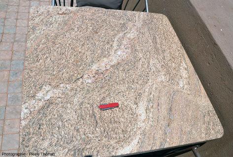 Une table montrant des mini-zones de cisaillement, table du café-bar d'un hôtel de Sesriem, Namibie