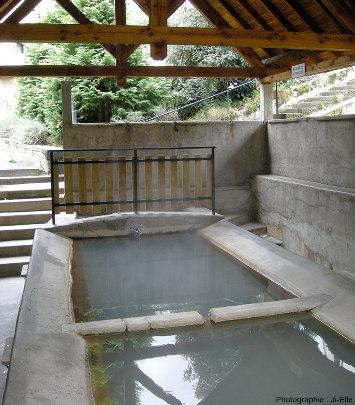 D'autres sources alimentent des fontaines publiques ici ou là dans le bourg de Chaudes-Aigues, comme ici un lavoir