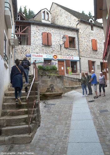 Les soubassements de certaines rues de Chaudes-Aigues sont parcourus d'un réseau de canalisations d'eau chaude que l'on repère au dallage différent des pavés ordinaires