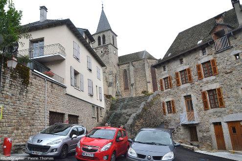 L'église de Chaudes-Aigues (Cantal) est située en haut du bourg, des pompes y amènent l'eau chaude pendant les hivers
