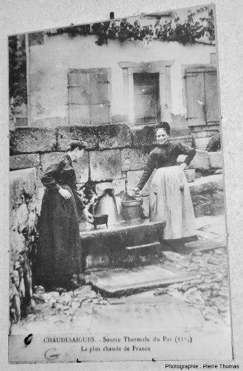 """Carte postale montrant des """"ménagères"""" allant chercher de l'eau chaude à la source du Par, Chaudes-Aigues (Cantal)"""