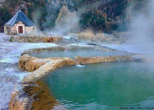 """Les bassins """"fumants"""" de la Source de la Rotonde à Plan de Phazy (communes de Guillestre et de Risoul), par un froid matin de février 2016"""