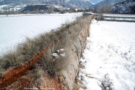 """Vue globale sur une autre """"levée"""" permettant l'évacuation des eaux de la Source des Suisses, Plan de Phazy (Hautes-Alpes)"""