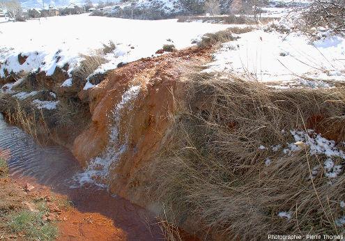Arrivée de l'eau de la Source de la Rotonde au niveau de la route nationale, Plan de Phazy (Hautes-Alpes)