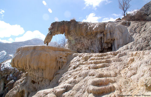 Vue latérale sur la fontaine pétrifiante de Réotier, Hautes-Alpes