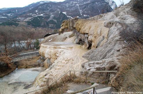 Vue d'un peu plus de dessus de la fontaine pétrifiante de Réotier (Hautes-Alpes)