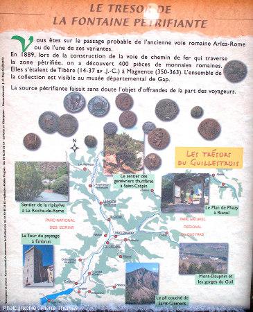 Panneau expliquant que la fontaine pétrifiante de Réotier (Hautes-Alpes) existait déjà du temps des Romains