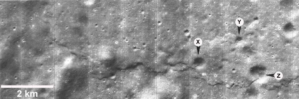 Escarpement lunaire dû à une compression affectant un continent (1966)