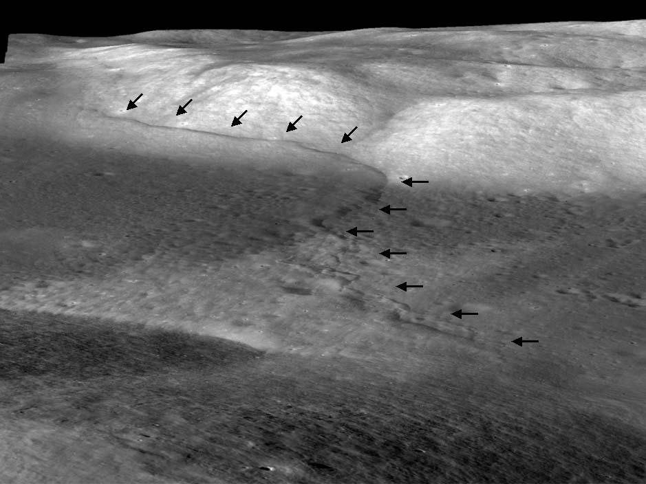 Vue oblique d'un escarpement lobé (souligné par les flèches noires) de la région de Taurus Littrow, Lune