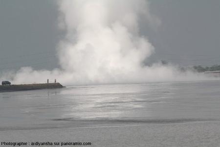 Jaillissement de vapeur (et de boue ?) à Sidoarjo, juin 2009