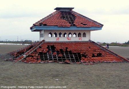 Une mosquée indonésienne partiellement ensevelie sous la boue, Sidoarjo, mai 2008