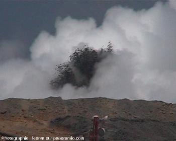 Jaillissement de boue et vapeur à Sidoarjo, septembre 2006