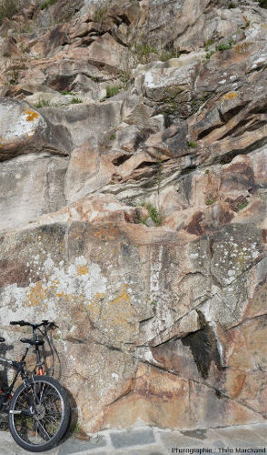 Le granite du Mont-Saint-Michel, visible à l'entrée du mont