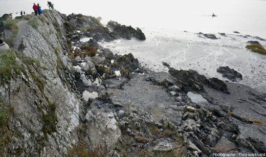 Affleurement de schistes briovériens sur la côte Nord de la baie du Mont-Saint-Michel, depuis la pointe du Grouin
