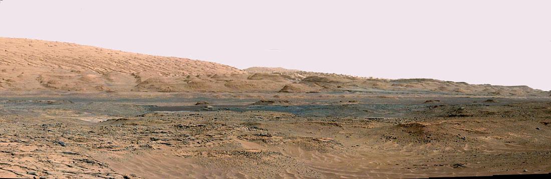 Mosaïque artisanale d'images prises le sol 739 (4 septembre 2014) résumant la géologie régionale