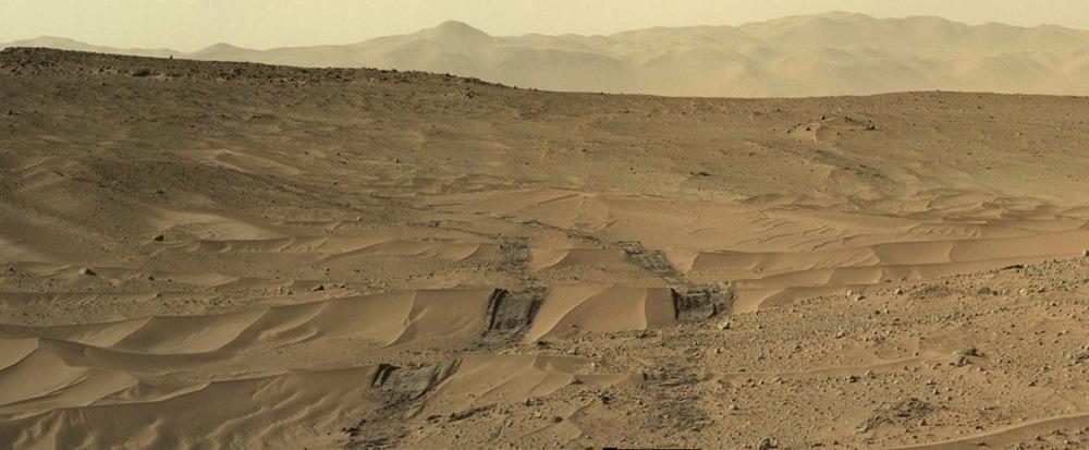 Mosaïque artisanale montrant un paysage caractéristique des régions traversées par Curiosity en juin, juillet et août 2014 (ici le sol 673, 28 juin 2014)