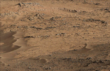 Zoom d'un affleurement constitué de roches très claires dans le secteur des Pahrump Hills