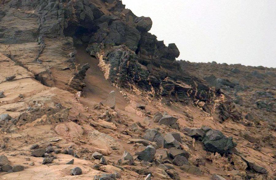 Zoom sur le flanc Sud-Ouest du Salsberry Peak, sol 855