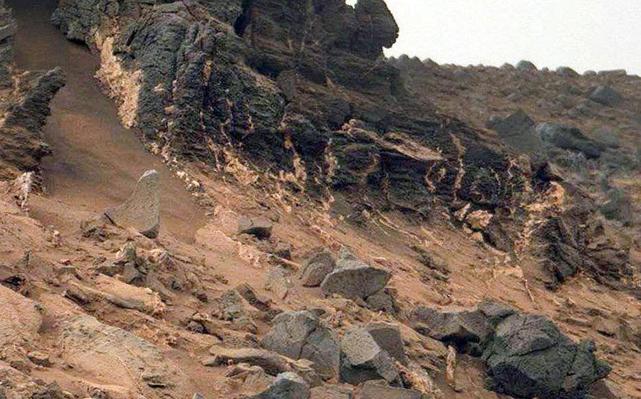 Zoom sur le flanc Sud-Ouest du Salsberry Peak et ses filons, sol 855