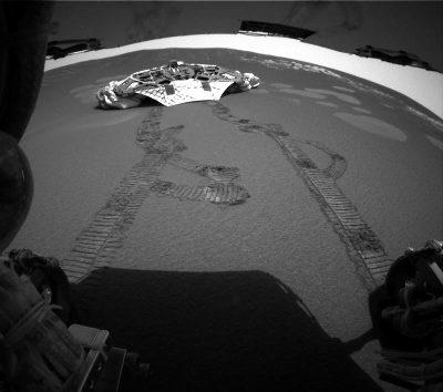 Traces du rover sur le sol martien prises par la caméra à l'arrière