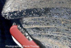 Sphérules de dévitrification dans une obsidienne de l'île Lipari, Italie