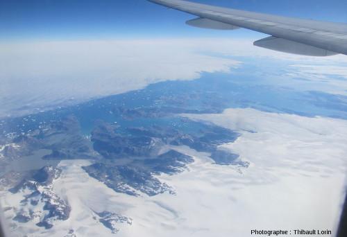 Trois glaciers côtiers groenlandais vus d'avion