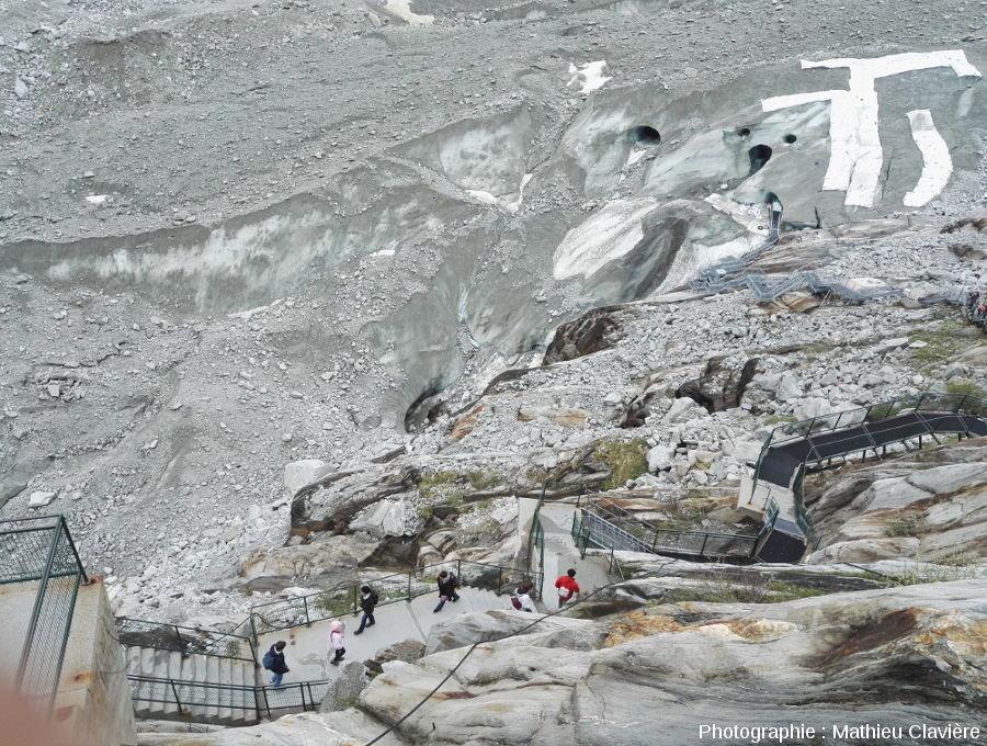 Escalier permettant de descendre jusqu'au glacier