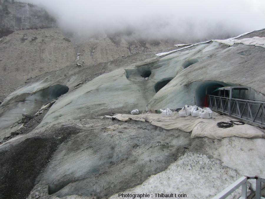 Surface du glacier à l'entrée de la Grotte de glace
