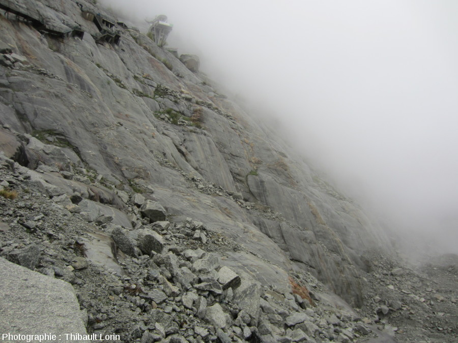 Stries glaciaires et roches moutonnées en bordure du glacier de la Mer de Glace