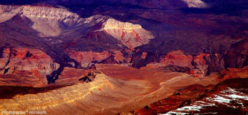 Coulées de lave du Uinkaret Volcanic Field en rive Nord du Grand Canyon (Arizona, États-Unis d'Amérique), datant du Pléistocène