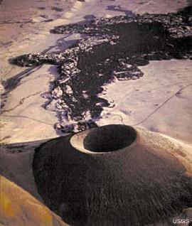 Vue aérienne d'un jeune cône de téphras andésitiques, le SP Crater, et de la coulée de lave associée, dans le San Francisco Volcanic Field au Nord de Flagstaff (Arizona, États-Unis d'Amérique)