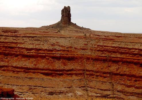 """L'Alhambra Rock et des dykes de """"minette"""" (lamprophyre) sub-verticaux qui coupent les grès rouges à l'avant-plan"""
