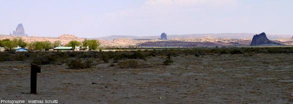 Plusieurs diatrèmes dominant le paysage désertique autour de la ville de Kayenta, Arizona, immédiatement au Sud de Monument Valley