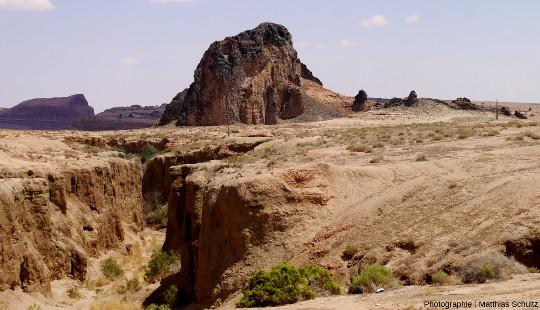 Vue rapproché d'un diatrème mineur immédiatement au Nord de Kayenta, proche de la route 163 menant à Monument Valley