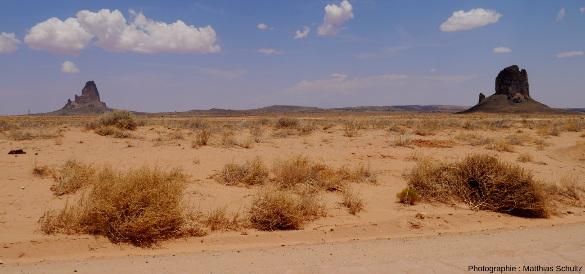 Deux diatrèmes dominant le paysage désertique au Nord de la ville de Kayenta, Arizona, le long de la route 163 menant à Monument Valley