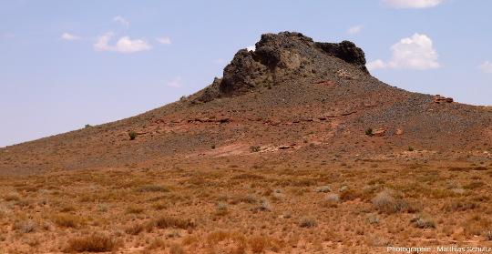 Vue rapprochée d'un autre diatrème mineur, plus érodé, à proximité de la ville de Kayenta, Arizona, le long de la route 163 menant à Monument Valley