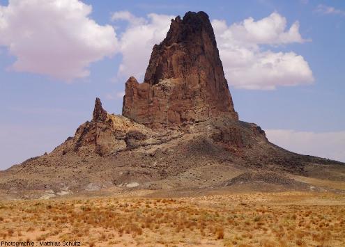 Vue rapproché d'Agathla (en anglais, dérivé du navajo) ou El Capitan(en espagnol), 10km au Nord de la ville de Kayenta, Arizona, le long de la route 163 menant à Monument Valley