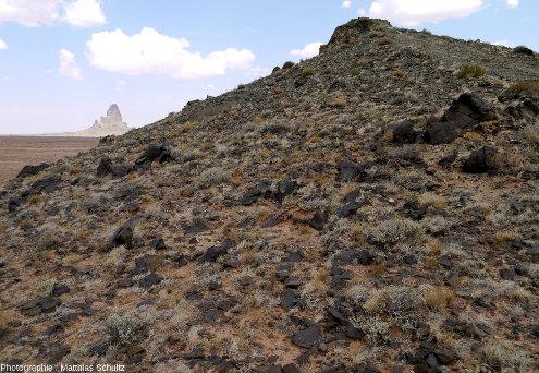 Vue rapprochée d'un diatrème mineur, très érodé, à proximité de la ville de Kayenta, Arizona, le long de la route 163 menant à Monument Valley, avec Agathla en fond