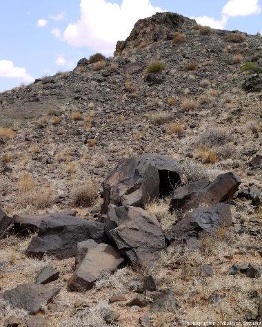 Vue rapprochée d'un diatrème mineur, très érodé, à proximité de la ville de Kayenta, Arizona, le long de la route 163 menant à Monument Valley